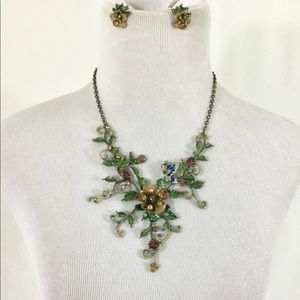 Beautiful Necklace with matching clip on earrings.